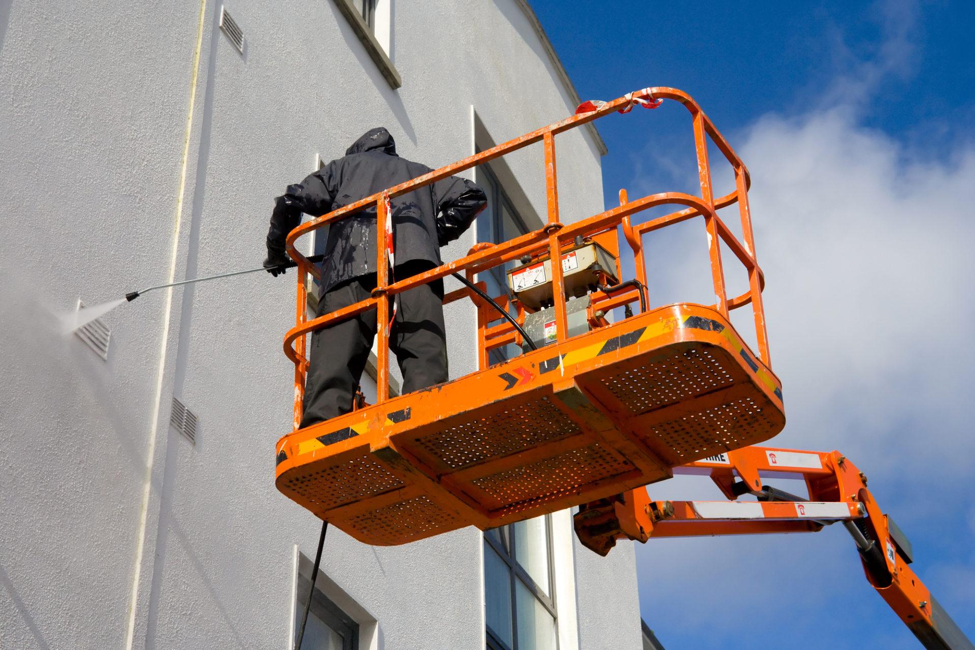 woker in platform wash a building